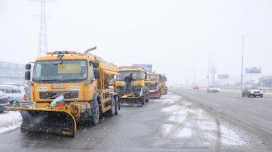 Усложнена остава обстановката по пътищата заради снега (обновена)