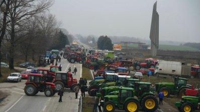 Гръцките фермери вдигат временно блокадата