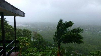 Най-малко пет души са загинали във Фиджи при преминаването на суперциклона (снимки)