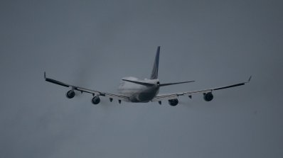 Руски самолет падна в Бангладеш. Има жертва (видео)