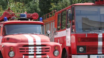 Две коли изгоряха в Русе, възрастна жена пострада