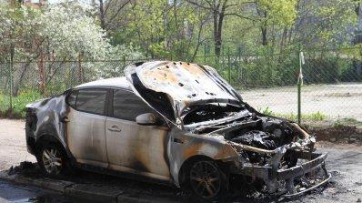 Подпалиха кола до столично училище (снимки)