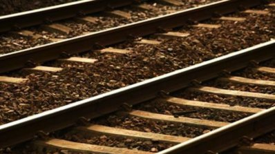 Влак дерайлира, най-малко един човек е загинал
