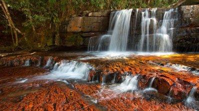 Реката, която тече в корито от скъпоценни камъни