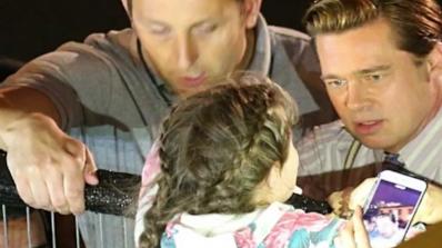 Брад Пит спаси малко момиченце от тълпа фенове (снимка+видео)