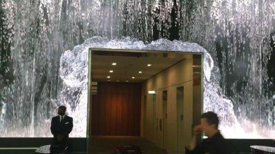 Служители минават под ''водопад'', за да отидат на работа (видео)