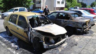 Таксиметров автомобил горя в Русе
