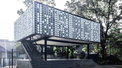 Удивителна мини библиотека, построена от кофички за сладолед