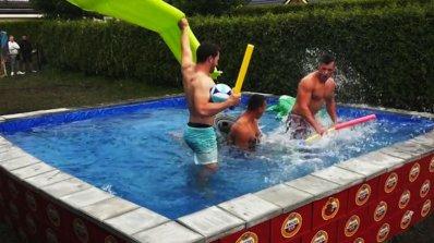 Холандци направиха басейн от бирени каси  (видео)