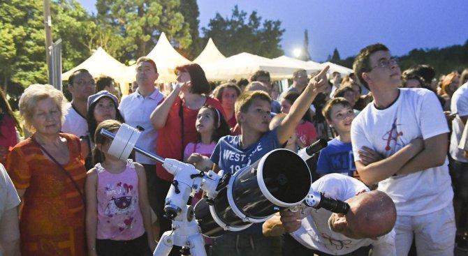 Астрономи и любители наблюдаваха нощното небе в центъра на София (галерия)
