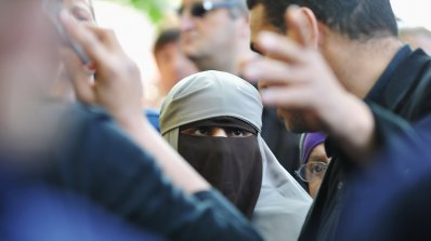 Заплашиха босненка с изнасилване и смърт. Сравнила бурката с дилдо