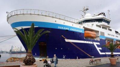Круизен кораб с 2120 пасажера пристига в Бургас