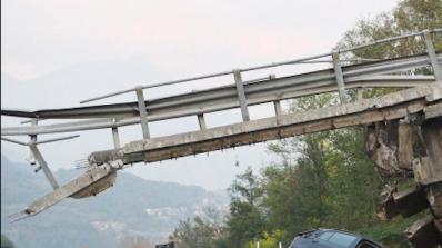 Българин в тежко състояние след срутването на надлез в Италия (видео)