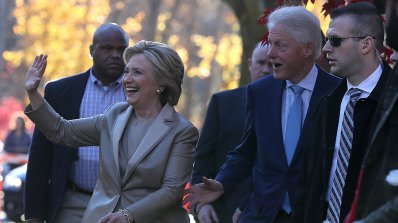 Хилари Клинтън гласува на президентските избори в САЩ