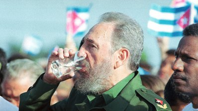 Половин милион души пристигнаха за погребението на Фидел Кастро (видео)