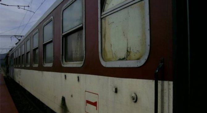 Пътнически влак се удари в преспа и дерайлира (обновена)