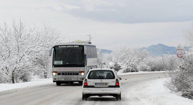 Трети ден страната ни е в снежен капан