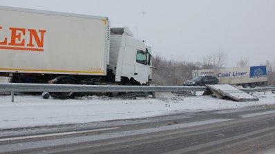 """Три ТИР-а катастрофираха на магистрала """"Марица"""", единият шофьор е бил пиян (снимки)"""