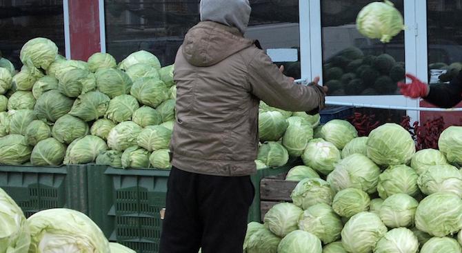 Данъчни проверяват борса за плодове и зеленчуци в София