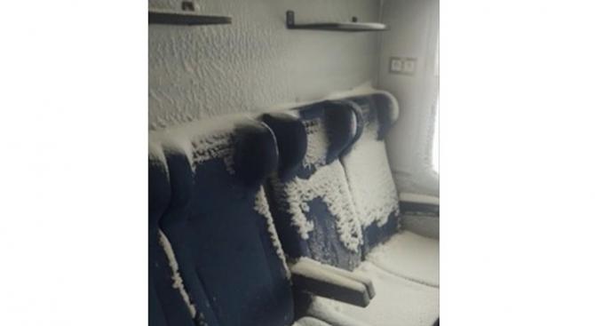 Студ и сняг във влаковете (видео+снимки)