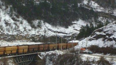 Товарен влак дерайлира, спряха движението заради инцидента
