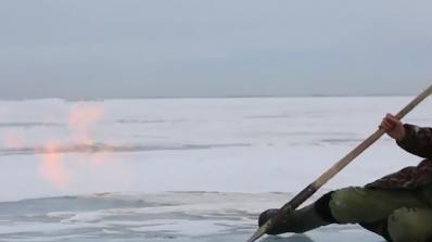 Пожари горят под ледовете на Байкал (видео)
