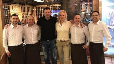 Лепа Брена подгря за Гришо в испански ресторант (снимки)