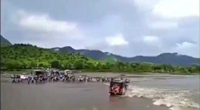 Автобус падна в река в Перу (видео)