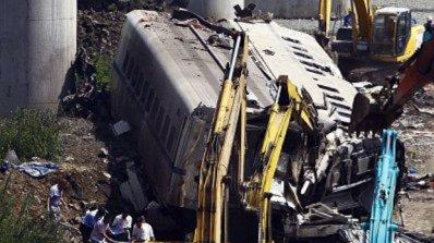 Влак помете автомобил и дерайлира, има загинал и ранени