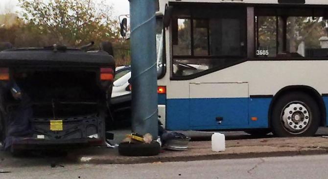 Трима загинаха при тежка катастрофа между автобус и лек автомобил близо до Мало Конаре