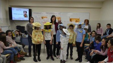 """Ученици опознаха света на пчелите с първата """"Медена закуска"""" на евродепутата Мария Габриел"""
