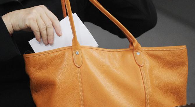 Пловдивски общински охранители намерили и върнали чанта с пари