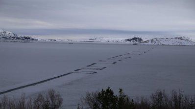 Загадъчен зигзаг се появи върху замръзнало езеро (снимки)