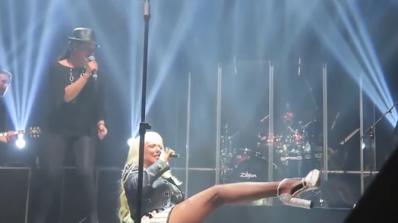 Лепа Брена падна на сцената в Пловдив (видео)