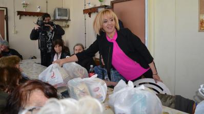 Мая Манолова и Българската хранителна банка дариха първите тонове храна, освободена от ДДС