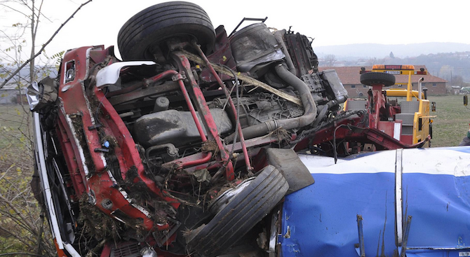 Цистерна, ТИР и кола се сблъскаха на Околовръстното в София, има ранени (обновена)