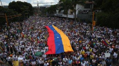 220 души пострадаха при антиправителствените протести във Венецуела