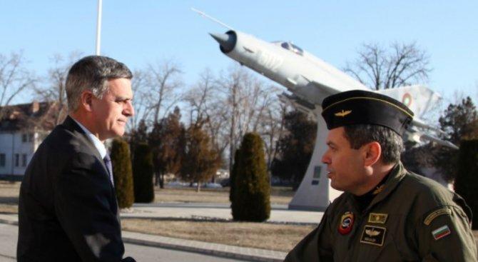 Министърът на отбраната Стефан Янев награди аташето по отбрана на САЩ