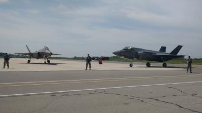 Вижте кацането на уникалните по рода си изтребители F-35 (снимки+видео)