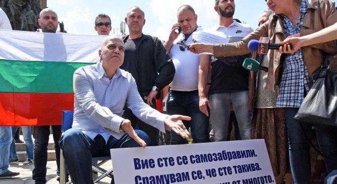 Слави Трифонов пред парламента: Всеки ден ще идвам тук (видео+снимки)