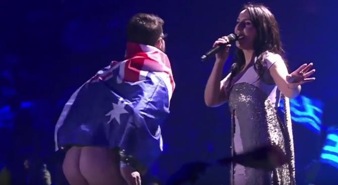"""Мъж си свали гащите на сцената на """"Евровизия"""" (видео 18+)"""