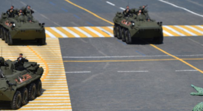 Руски спецвоенни потрошиха бронирани коли (видео)