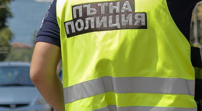 Румънци пропаднаха с колата си в 6-метров изкоп