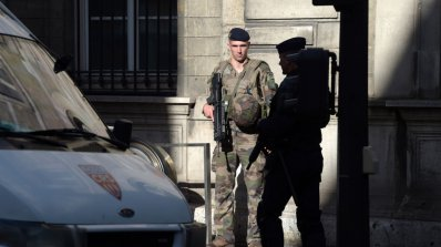 """Арестуваха близки и роднини на вчерашния атентатор от """"Шанз-Елизе"""""""