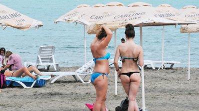 Полицаи по бански дебнат на плажа