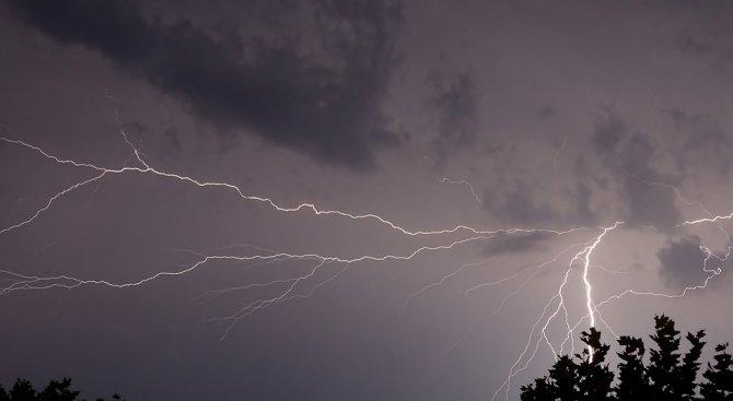 Предупреждават за гръмотевични бури и порои в 25 области утре