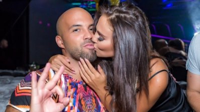Николета целува страстно рожденика Ники Михайлов под дъжд от салфетки в столичен клуб (снимки)