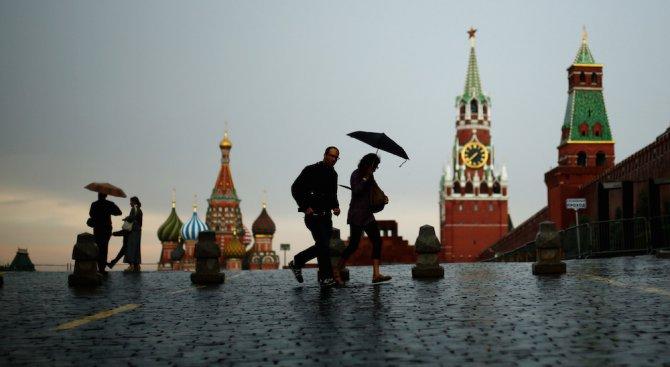 Порой наводни Москва, протече покривът на Държавната дума (видео)