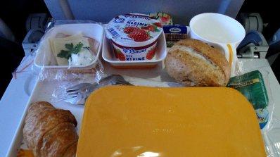Защо никога не трябва да ядете по време на полет