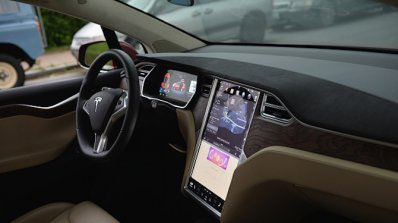 Американският автомобилостроител Тесла достави първите електромобили за масите